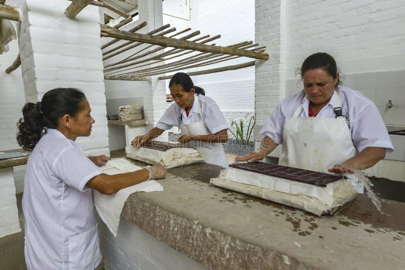Fazendo o papel em Barichara, Colômbia imagens de stock royalty free
