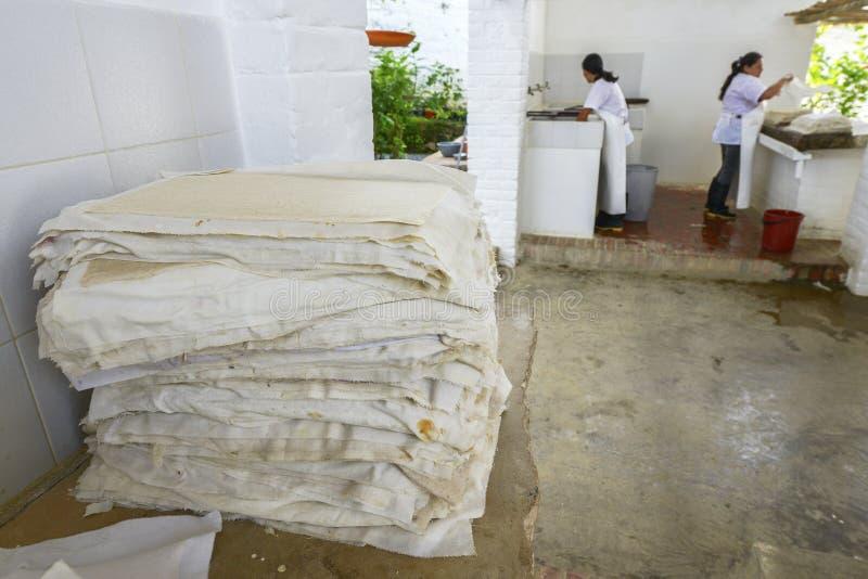 Fazendo o papel em Barichara, Colômbia imagem de stock royalty free