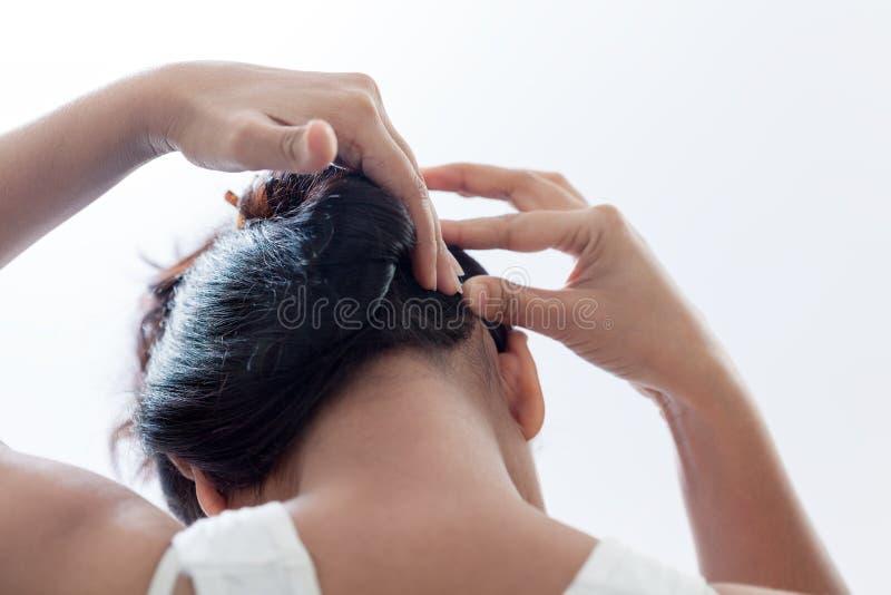 Fazendo o penteado usando o grampo fotos de stock royalty free