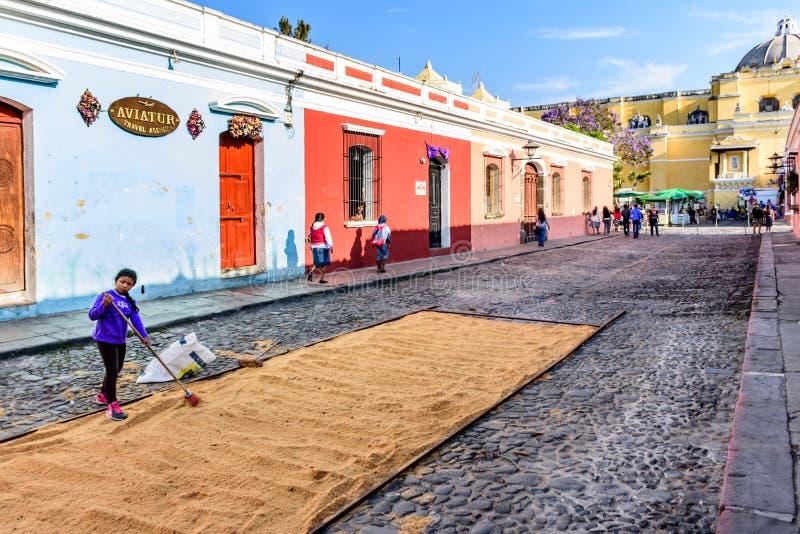 Fazendo o tapete emprestado da procissão, Antígua, Guatemala fotografia de stock