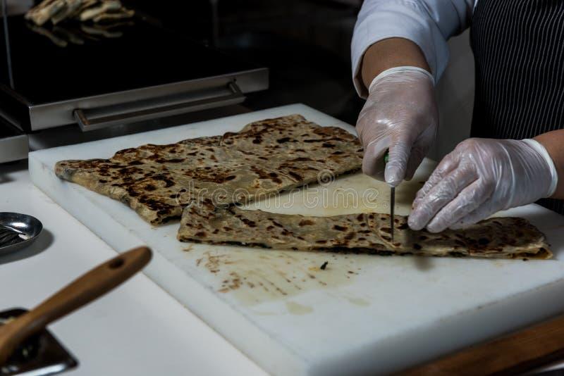 Fazendo a panqueca com queijo para dentro imagem de stock