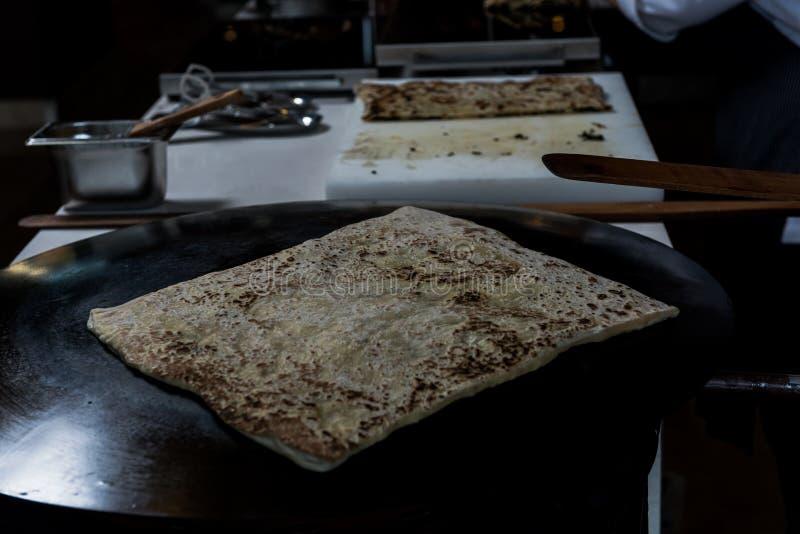 Fazendo a panqueca com queijo para dentro fotos de stock royalty free