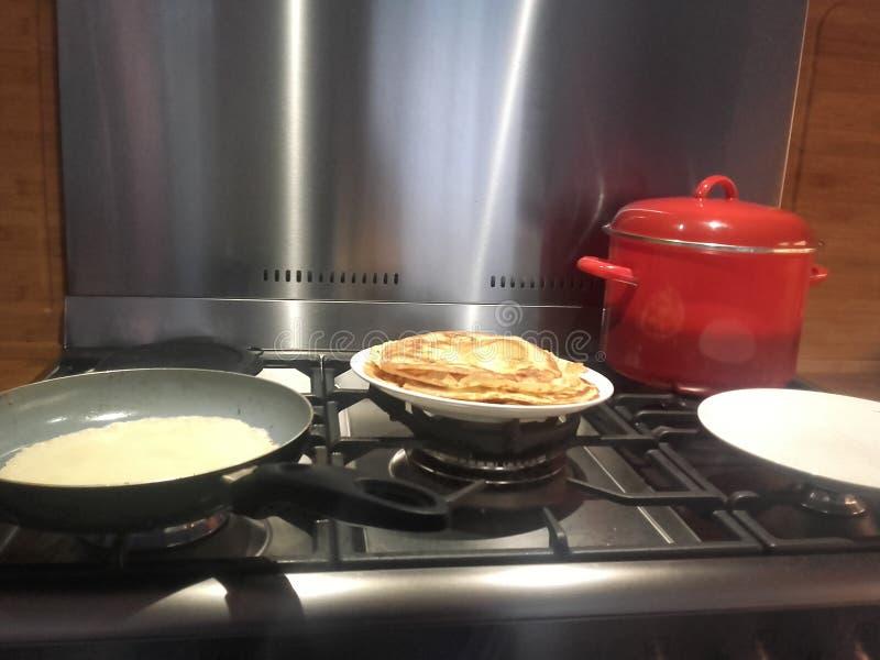 Fazendo panquecas na cozinha imagens de stock royalty free