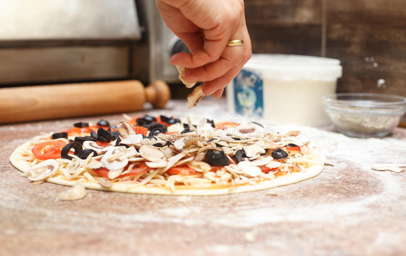 Fazendo a pizza do vegetariano imagem de stock