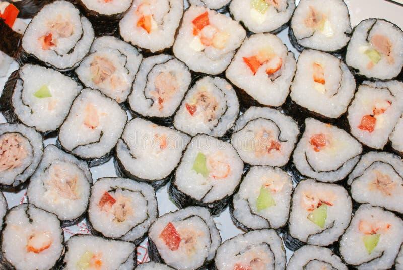 Fazendo rolos de sushi imagem de stock