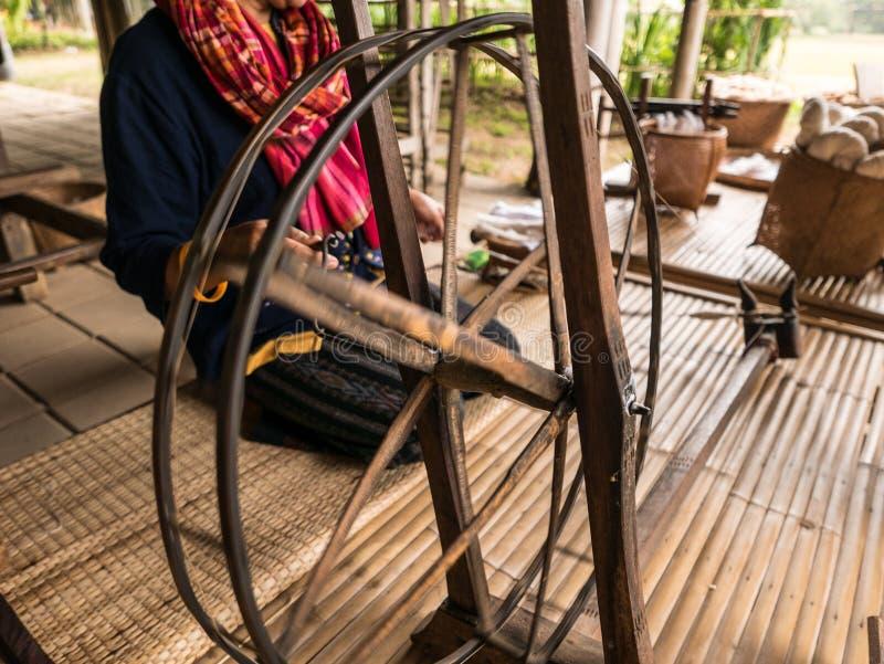 Fazendo a seda tailandesa na exploração agrícola de Jim Thompson imagem de stock royalty free