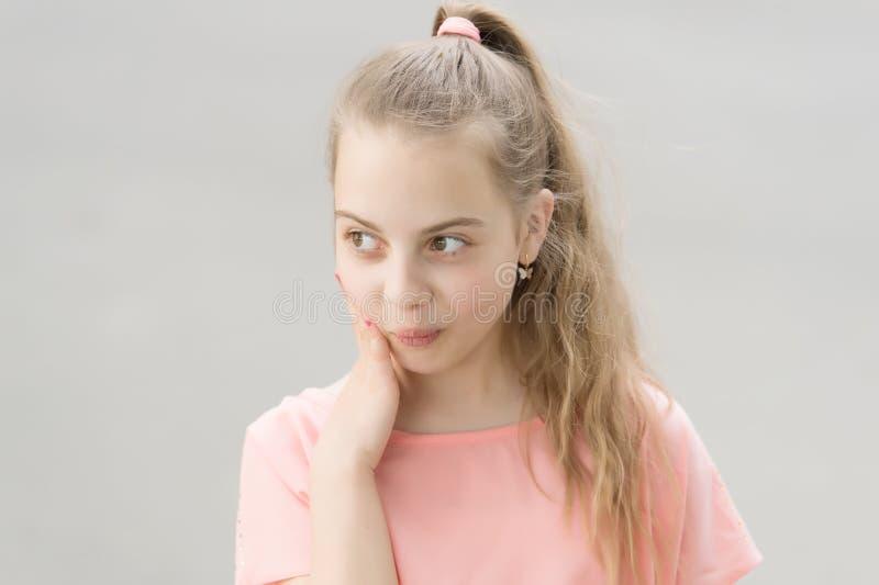Fazendo seu olhar do cabelo brilhante Menina pequena adorável com cabelo louro longo Criança pequena bonito com penteado do rabo  fotos de stock royalty free