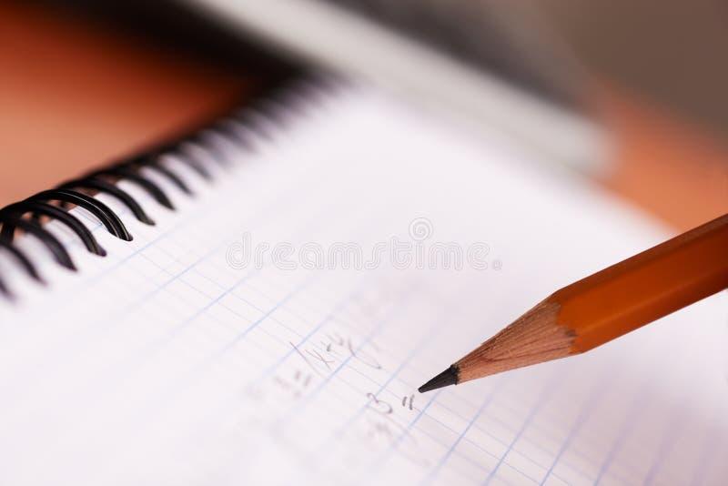 Fazendo trabalhos de casa da matemática fotografia de stock