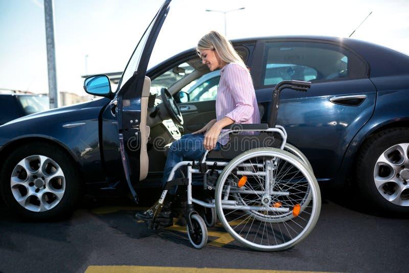 Fazendo um movimento do carro à cadeira de rodas imagem de stock