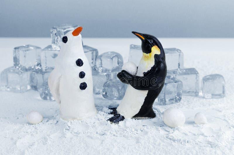 Fazendo um pinguim da neve foto de stock