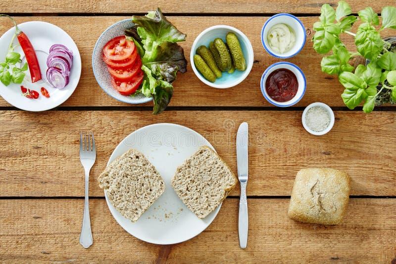 Fazendo um vegetariano imprensar saladas e o bredrole cortado imagem de stock