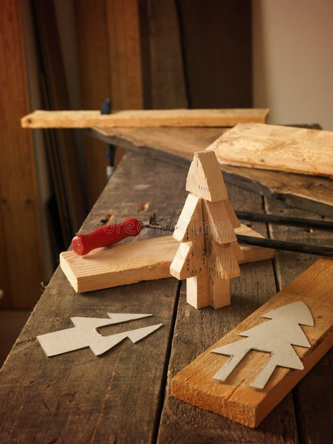 Fazendo uma árvore de Natal de madeira fotografia de stock
