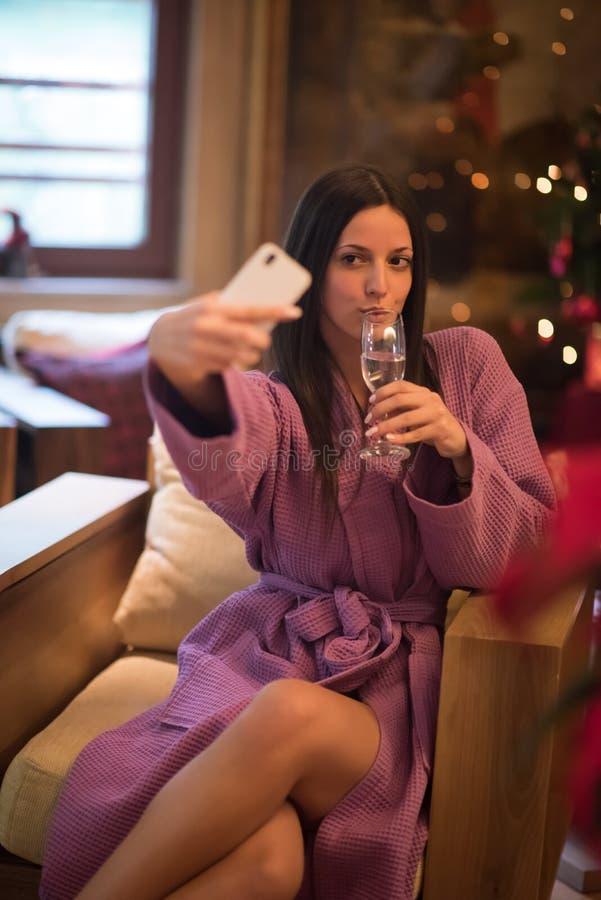 Fazer bebendo da mulher selfy em termas imagem de stock