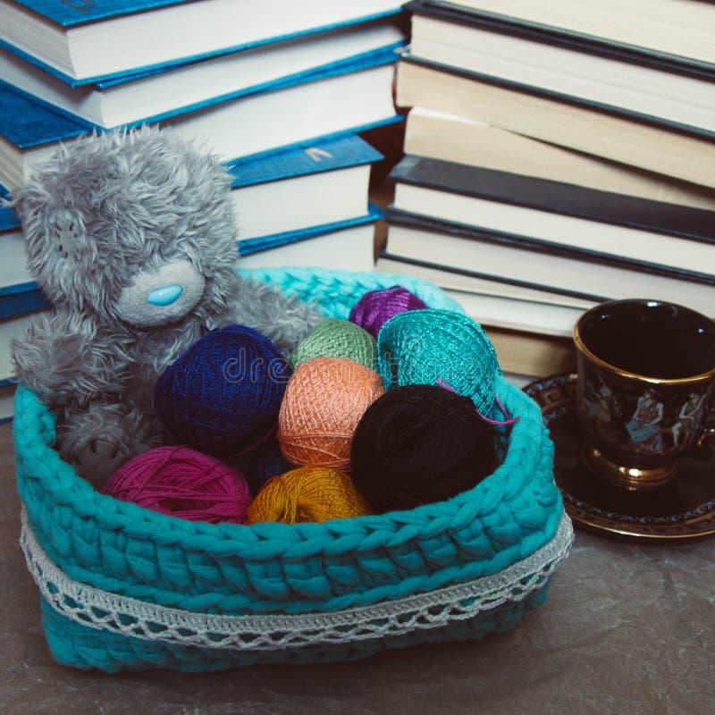 Fazer crochê a cesta com as bolas do urso do fio e de peluche imagem de stock