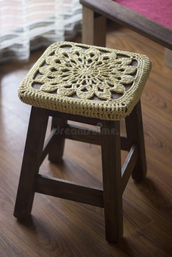 Fazer crochê a decoração sobre um banco de madeira fotos de stock royalty free