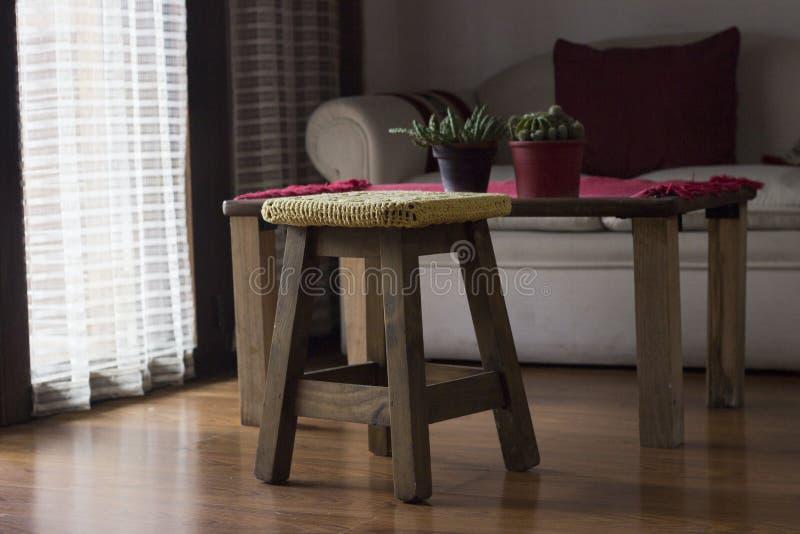 Fazer crochê a decoração sobre um banco de madeira imagem de stock royalty free