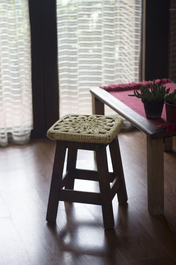 Fazer crochê a decoração sobre um banco de madeira foto de stock