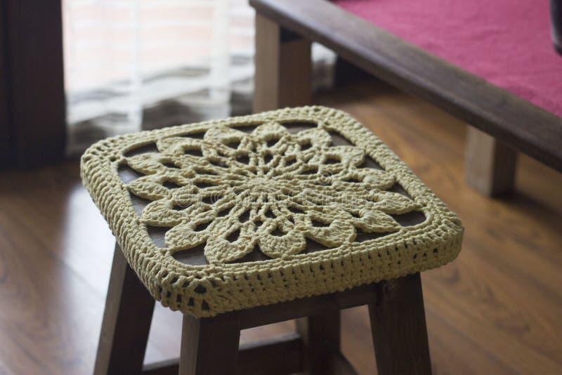 Fazer crochê a decoração sobre um banco de madeira fotografia de stock royalty free