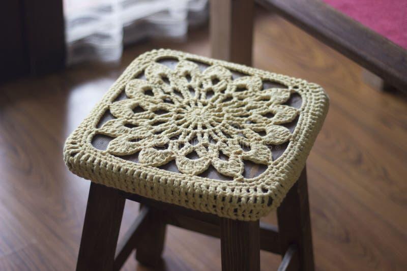 Fazer crochê a decoração sobre um banco de madeira imagens de stock
