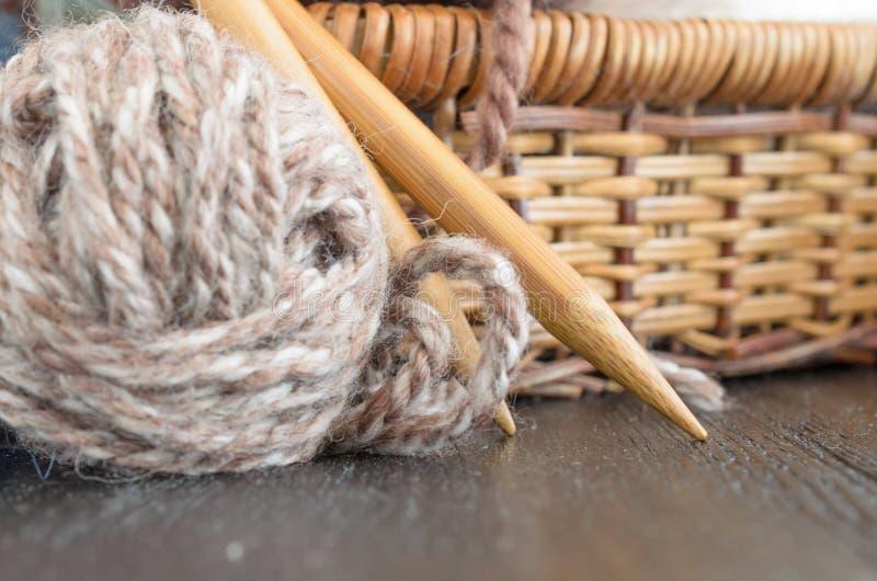 Fazer crochê e grupo de confecção de malhas Bolas do fio e agulhas de madeira Conceito caseiro do passatempo foto de stock royalty free