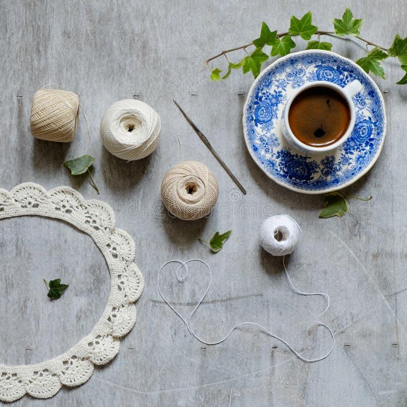 Fazer crochê e uma xícara de café imagem de stock