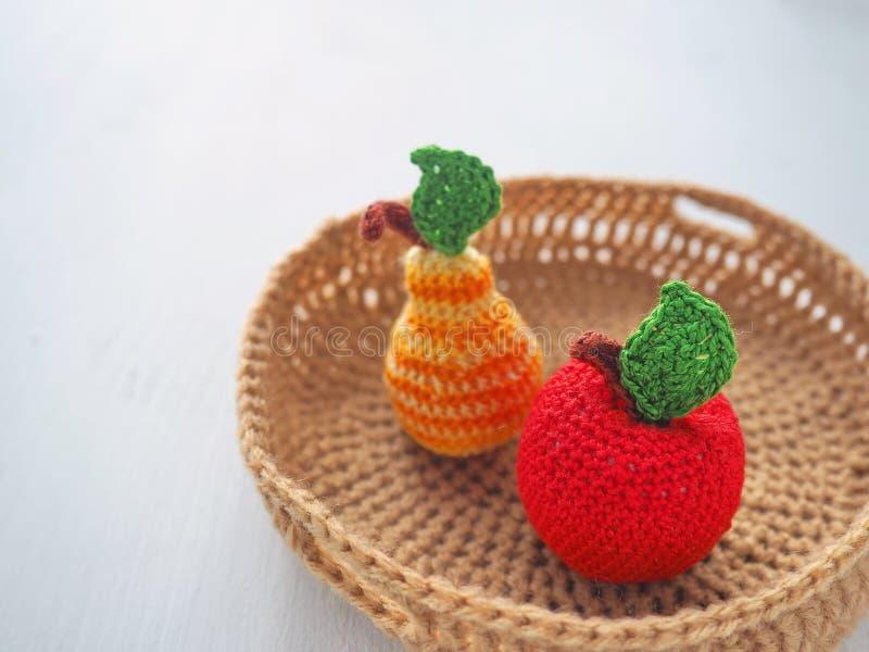 Fazer crochê frutos em um fim da cesta acima Brinquedos feitos malha Foco seletivo imagens de stock royalty free