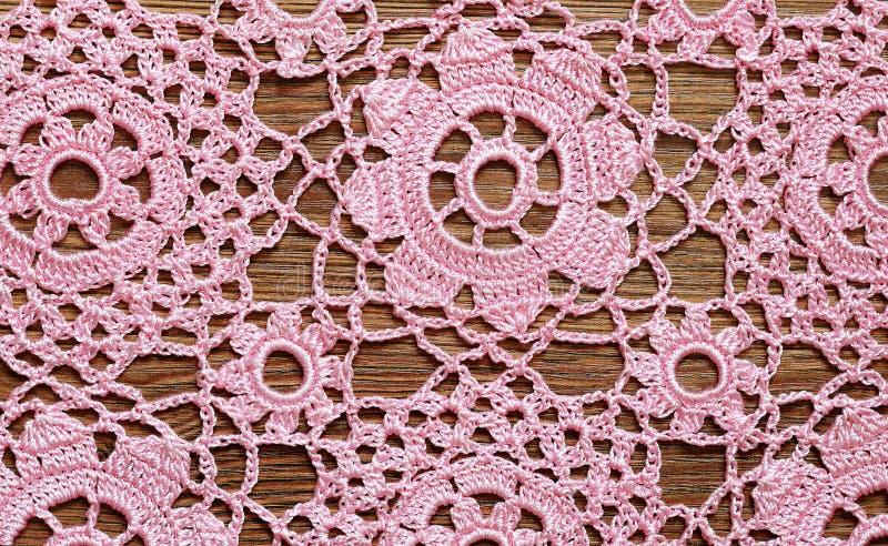 Fazer crochê o laço em uma madeira imagens de stock royalty free