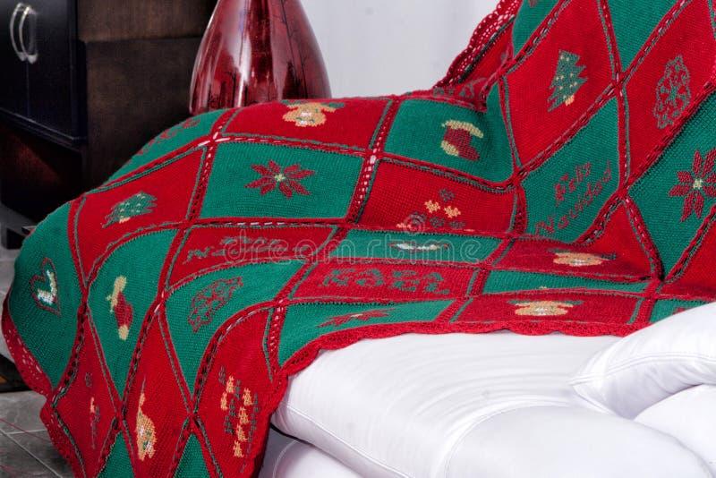 Fazer crochê a toalha de mesa na mobília branca imagens de stock royalty free