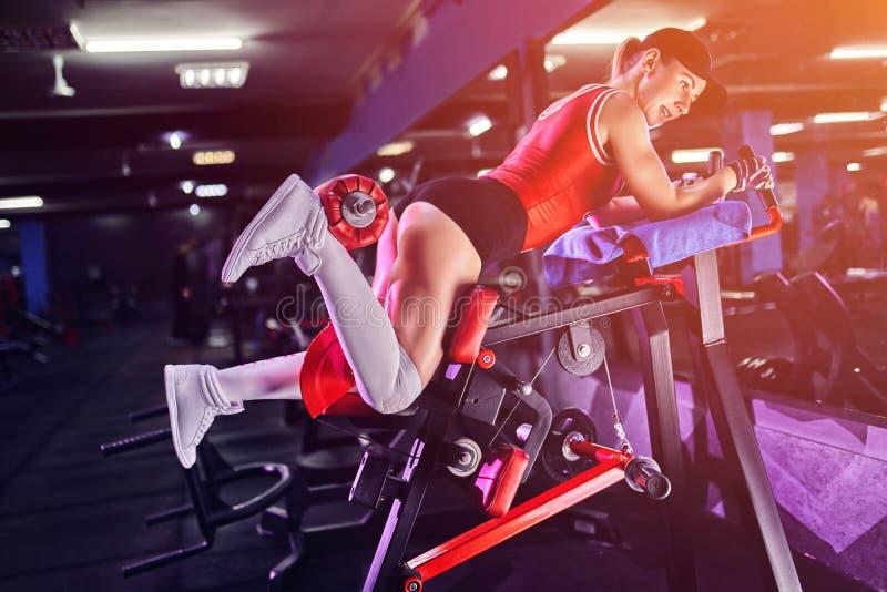 Fazer da mulher da aptidão investe contra exercícios para o treinamento do exercício do músculo do pé no gym imagens de stock royalty free