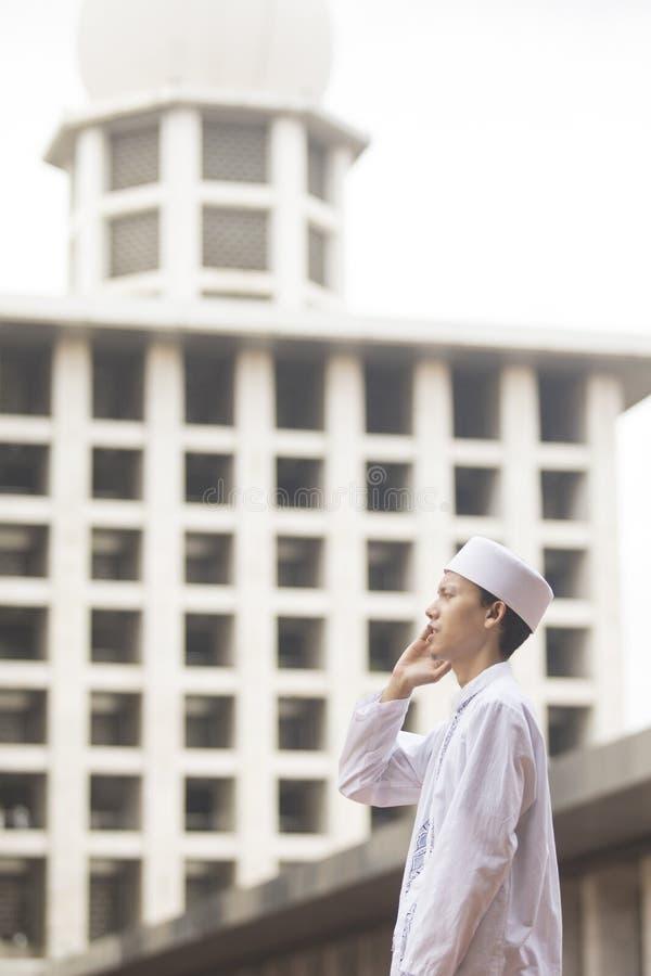 Fazer do homem novo adzan na mesquita imagem de stock