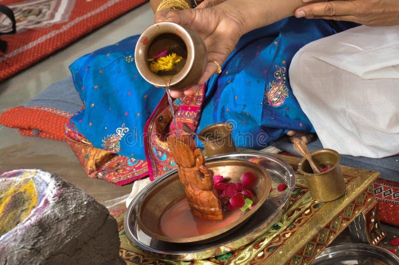 Fazer dos homens reza de Lord Ganesha fotografia de stock