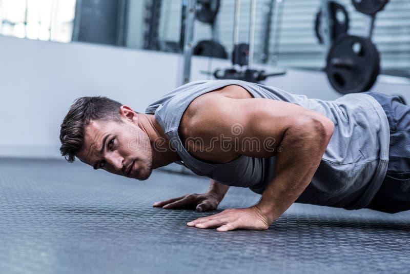 Fazer muscular do homem flexões de braço fotografia de stock