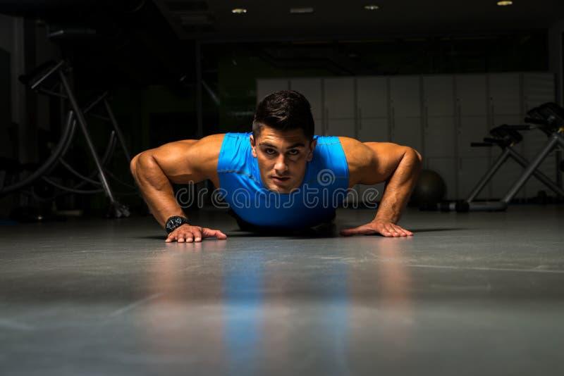 Fazer novo saudável do indivíduo levanta o exercício imagens de stock