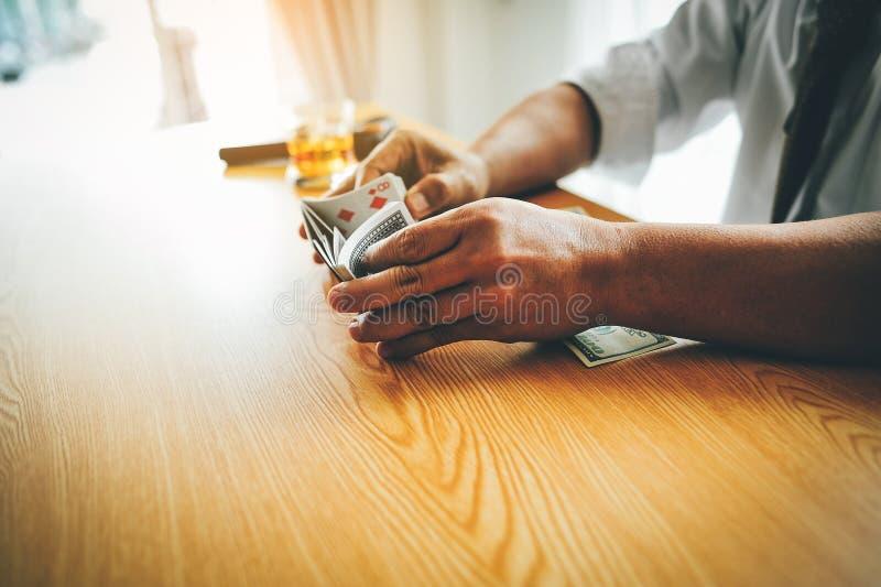 Fazer o negócio em uma mesa dura em uma mesa tem o dinheiro e bebe-o Conceito da intenção o negócio do seus próprios fotografia de stock royalty free