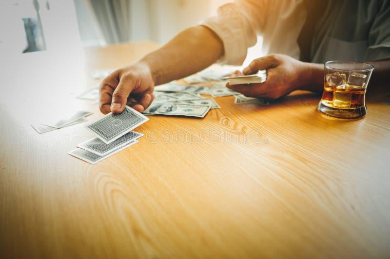 Fazer o negócio em uma mesa dura em uma mesa tem o dinheiro e bebe-o Conceito da intenção o negócio do seus próprios fotos de stock royalty free
