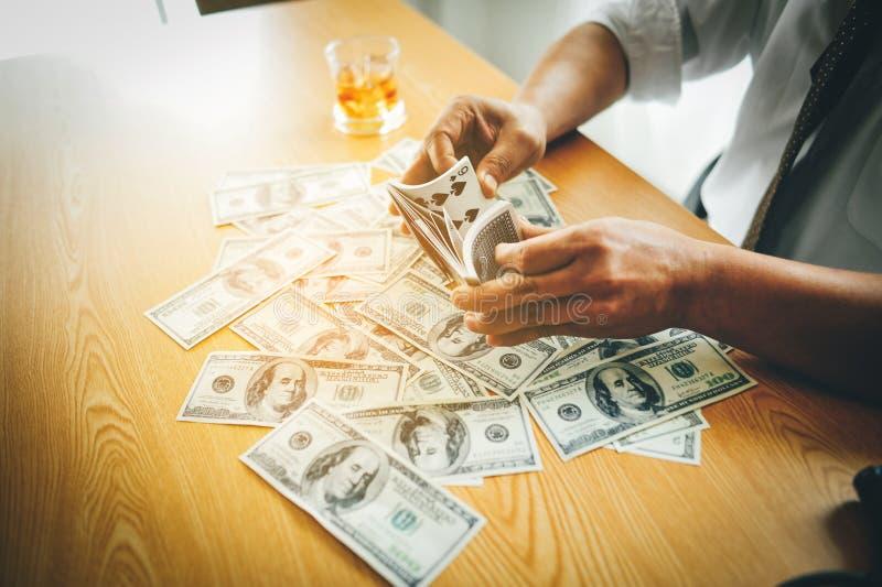 Fazer o negócio em uma mesa dura em uma mesa tem o dinheiro e bebe-o Conceito da intenção o negócio do seus próprios foto de stock royalty free