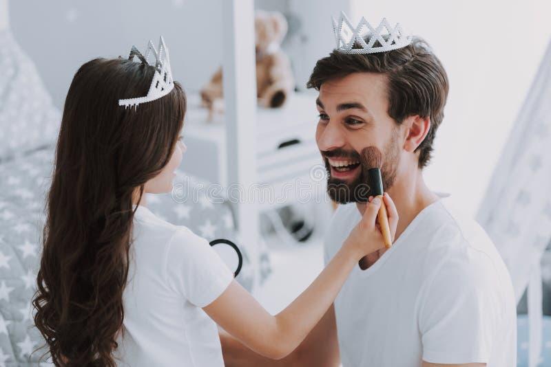 Fazer pequeno bonito da filha compensa pelo paizinho imagem de stock royalty free