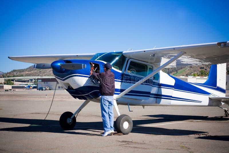 Fazer piloto preflight de aviões leves fotos de stock