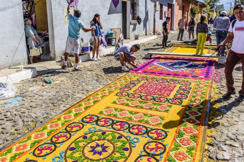 Fazer a serragem tingida emprestou o tapete, Antígua, Guatemala imagens de stock