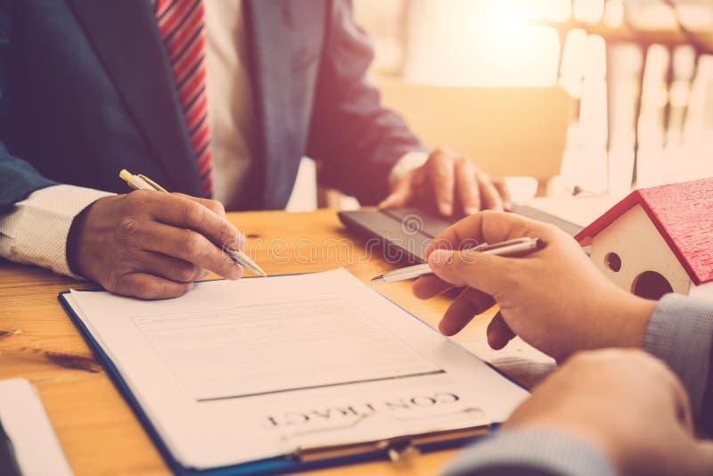 Fazer um acordo de assinatura do contrato do homem de negócio dois fotografia de stock