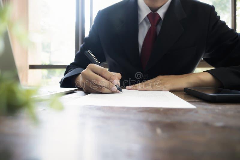 Fazer um acordo de assinatura do contrato do homem de neg?cios foto de stock royalty free