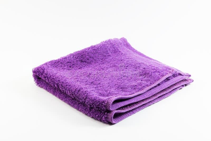 Fazzoletto porpora dell'asciugamano su fondo bianco fotografia stock libera da diritti