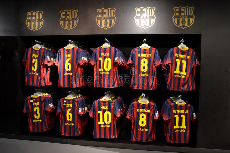 FC Barcelonaskjortor i FC Barcelona shoppar, Spanien arkivfoton