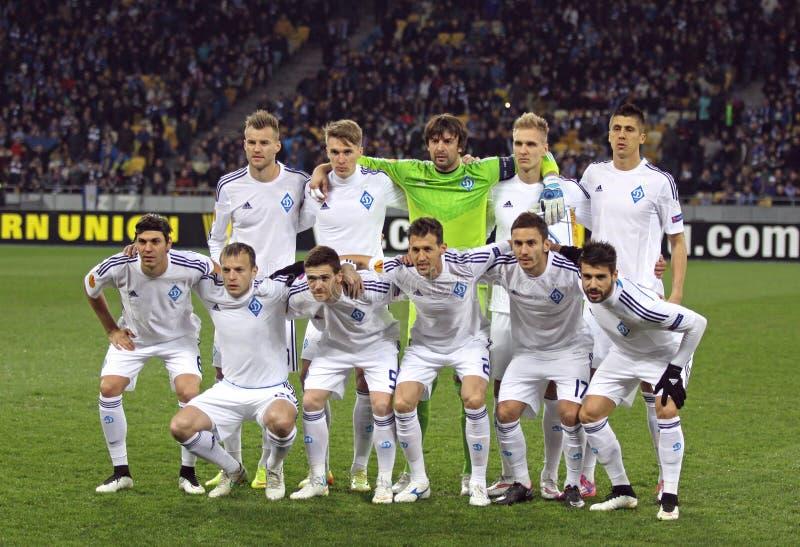 FC- Dynamo Kyivspielerhaltung für ein Gruppenfoto stockbilder