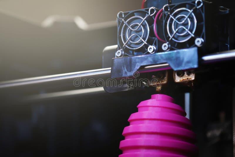 FDM-3D-printer die gekronkeld roze paaseibeeldhouwwerk vervaardigen - sluit omhoog van objecten en drukhoofd - heldere zonnige li royalty-vrije stock foto