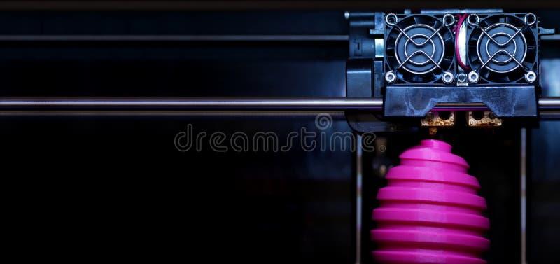 FDM-3D-printer die gekronkeld roze paaseibeeldhouwwerk - vooraanzicht op objecten en drukhoofd vervaardigen - paneeltype samenste stock afbeeldingen