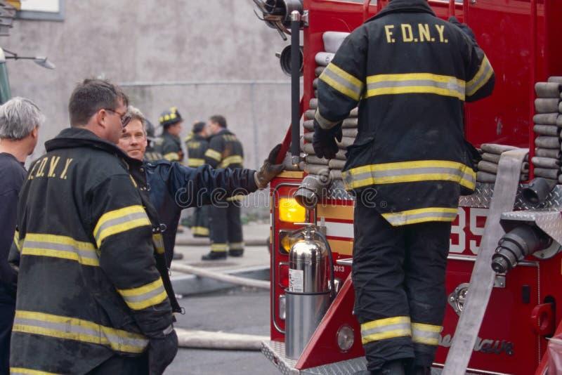 FDNY πυροσβέστες στην υπηρεσία, πόλη της Νέας Υόρκης, ΗΠΑ στοκ φωτογραφίες με δικαίωμα ελεύθερης χρήσης