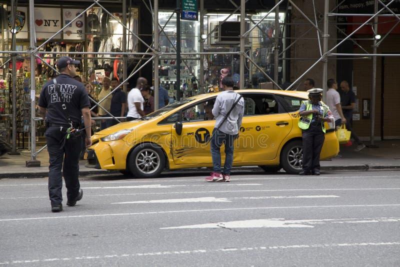 FDNY e NYPD chegam após o acidente do táxi em NYC fotografia de stock royalty free