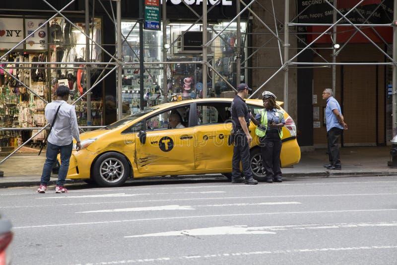 FDNY e NYPD chegam após o acidente do táxi em NYC imagens de stock royalty free