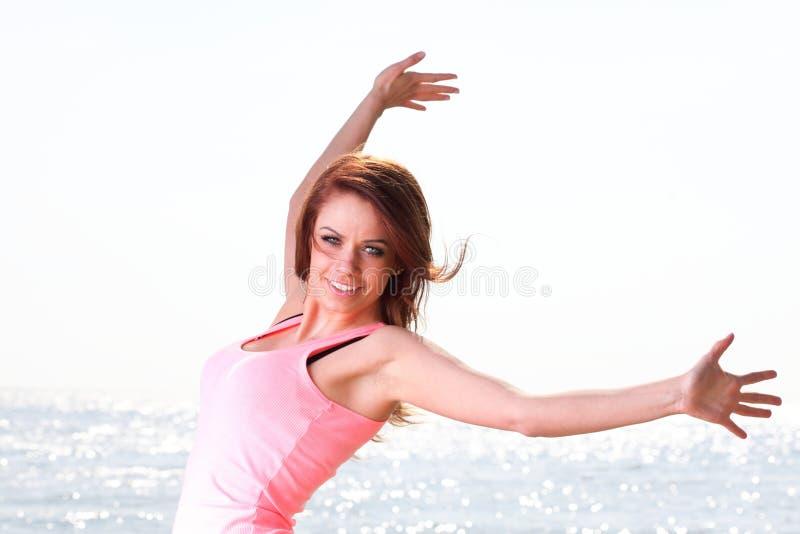 Fe кавказца женщины счастливый усмехаясь радостный красивый молодой жизнерадостный стоковое фото